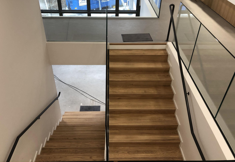 Escalier sur mesure, gardes corps en verres pincés et rampe en métal à Blagnac