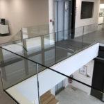 Gardes corps sur mesure en verres pincés et rampe en métal à Blagnac
