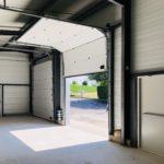Portes de secours et portes sectionnelles sur bâtiment industriel